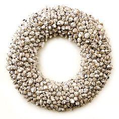 Exclusieve krans gemaaktmetde vruchten van de Cocos Nucifera. Zeer decoratief en verfijnd.  Deze witte krans is verkrijgbaar in diverse afmetingen.  De achterzijde is afgewerkt met sisalen heeft een metalen ring voor het makkelijk ophangen van de krans. Kransen gemaakt van natuurlijke materialen. woonaccessoires of muurdecoratie.  Woonkamer inspiratie en Interieur ideeën
