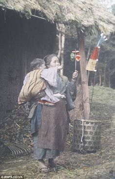 the Chrysanthemum kingdom: photos show a still-medieval Japan on the eve of rush for modernity that ended in disaster of A peasant woman entertains a child with a handmade toy by Tamamura Kozaburo Japanese History, Japanese Culture, Vintage Japanese, Japanese Art, Old Pictures, Old Photos, Vintage Photographs, Vintage Photos, Kamakura