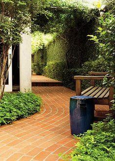 jardim com piso de tijolos