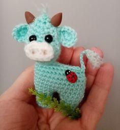 Crochet Teddy Bear Pattern, Crochet Cow, Crochet Brooch, Crochet Bracelet, Crochet Animals, Diy Crochet, Crochet Dolls, Crochet Hats, Amigurumi Doll