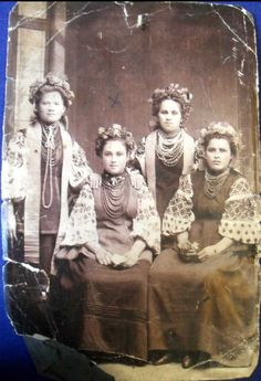 100 years ago: amazing Ukrainian embroidered suits, luxurious necklaces and wreaths (PHOTOS) Vintage Photos Women, Photos Of Women, Folk Costume, Costumes, Traditional Outfits, Traditional Art, Russian Wedding, Folk Clothing, Ukrainian Art