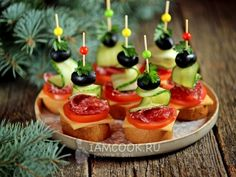 Canapes with jerked sausage, cheese and olives - recipe with photos step by step. Today will prepare one of the most popular holiday snacks - canapes with jerked sausage and cheese. Finger Food Appetizers, Finger Foods, Appetizer Recipes, Party Food Platters, Canape Food, Olive Recipes, Good Food, Yummy Food, Food Garnishes