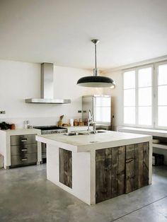 comptoir en bois recyclé, cuisine blanche avec poutres en bois design