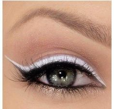 The white and the black eyeliner, and the shape of that, just go so well togethe. The white and the black eyeliner, and the shape of that, just go so well together! Love Makeup, Makeup Tips, Beauty Makeup, Hair Beauty, Makeup Style, Fun Makeup, Make Up Looks, Black Eyeliner, Winged Eyeliner