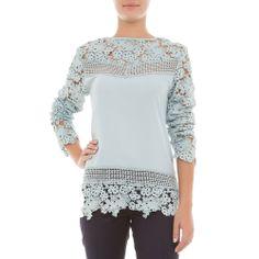 Blusa em renda com tecido de modelagem alongada com barrado irregular.