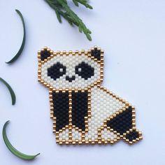 Un panda!!!! C'est l'animal totem d'une amie dont c'est justement l'anniversaire... Hasard ou coïncidence ? En tout cas c'est grâce à la gentillesse de @teaforyoubijoux qui l'a créé et qui a mis son diagramme à disposition des autres. Merci!  #motifteaforyoubijoux #jenfiledesperlesetjassume #brickstitch #panda #miyukibeads #miyukidelica #perleaddictannonyme