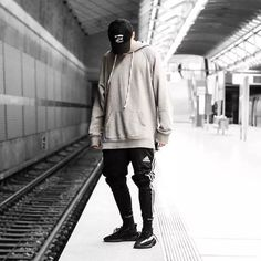 Best quality Yeezy Boost 350 V2 Black White / Oreo for 195 USD Streetwear Fashion 2018, Mode Streetwear, Streetwear Jeans, Urban Style Outfits, Fashion Outfits, Fashion Trends, Fashion Models, Urban Apparel, Style Masculin