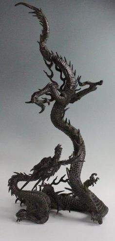 GRAND SUJET en bronze de belle patine rouge représentant un dragon, la queue sinueuse dressée à la verticale, la tête levée regardant vers le haut. Japon, période Meiji, vers 1880. H: 77 cm (manque une… - Bayeux Enchères - 01/03/2015