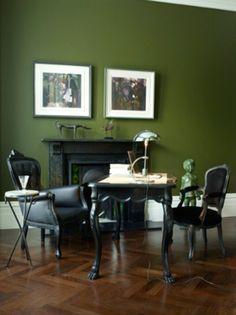 wandfarbe-trends-grüne-wand-mit-bildern - schwarze möbel