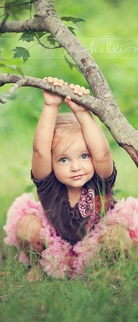 Children photography photo inspiration-whoa, this is so adorable! I wonder how hard it was to get her to pose like that. Poses Photo, Picture Poses, Photo Shoots, Beautiful Children, Beautiful Babies, Baby Pictures, Cute Pictures, Foto Picture, Sweet Picture