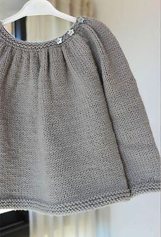 Pull kina gris justine **laine et tricot** Knitting For Kids, Baby Knitting Patterns, Baby Patterns, Cardigan Bebe, Baby Cardigan, Gray Sweater, Knit Baby Sweaters, Girls Sweaters, Crochet Baby