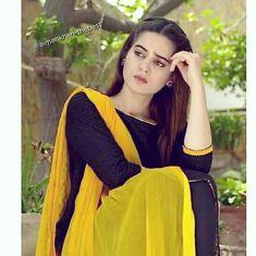 Simple Pakistani Dresses, Pakistani Girl, Pakistani Dress Design, Pakistani Actress, Elegant Dresses, Stylish Girls Photos, Stylish Girl Pic, Sad Girl Photography, Newborn Photography