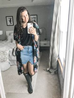 Rainy season is here, making it hard to figure out what to wear. I have put together 10 simple and easy rainy day outfits with your rain boots. Rainy Day Outfit For Spring, Rainy Day Fashion, Outfit Of The Day, Hot Outfits, Spring Outfits, Wellies Rain Boots, Hunter Outfit, Overall Skirt, Church Outfits