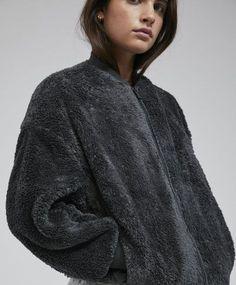 Куртка антрацитово-серого цвета, 3299руб - Куртка из флиса с длинными рукавами, застежкой на молнию и боковыми карманами. Размеры изделия: длина от плечевого шва– 66 см, длина рукава– 48 см, ширина по груди– 62 см. Данные размеры соответствуют размеру M. - Осень-зима | OYSHO