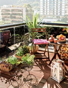 Glas-Balkongeländer mit Balkonbespannung abschirmen