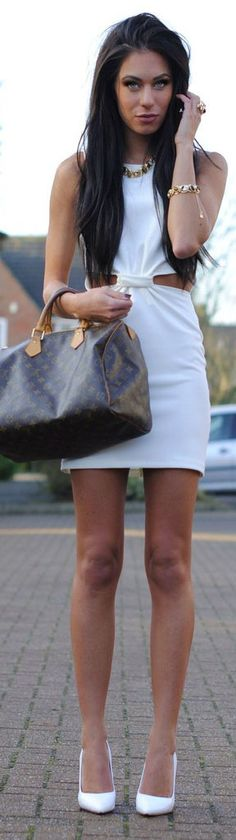 Love her dress, bag, hair, makeup, body ... The whole thing ... But it's nice to see on someone who is in good shape that they have knees like mine. I thought I was the only one.