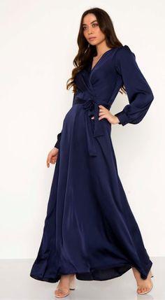 456587b9b6a8 Maxi σατινέ φόρεμα Κρουαζέ V λαιμόκοψη Μακρύ μανίκι με κουμπί Θυλάκια στη  μέση με ζώνη από το ίδιο ύφασμα Κλείσιμο με κρυ.