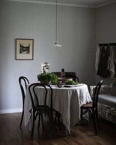 Kitchen inspiration from blogger Viktoria Holmgren, LoveyLife.se Circle Dining Table, Dining Area, Dining Room, Romantic Room, Kitchen Family Rooms, Kitchen Interior, Sweet Home, Table Decorations, Interior Design