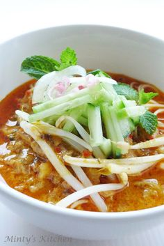 (Serves Ingredients: Angel Hair Spaghetti - cooked until al dente 1 litre water coconut cream 1 can sa. Thai Recipes, Curry Recipes, Asian Recipes, New Recipes, Soup Recipes, Favorite Recipes, Angel Hair Spaghetti, Laksa Recipe, Thai Dishes