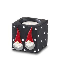 Fyrfadsstage i Santa High Hat serien. Str. 6x6x6 cm. Ru og rustik overflade. Gummidutter i bunden, så den står godt og ikke ridser det den står på. Leveres uden fyrfadslys. Design: Ruth Vetter.
