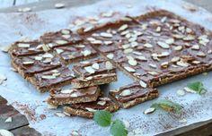 Sukkerfri mandelkake med sjokoladefyll Low Carb Desserts, A Food, Healthy Living, Bread, Candy, Snacks, Chocolate, Live, Appetizers