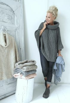 Poncho stricken mit Rollkragen und Zopfmuster Poncho knit with turtleneck and cable pattern Poncho Pullover, How To Start Knitting, Crochet Poncho, Winter Outfits, Knitwear, Knitting Patterns, Ideias Fashion, Winter Fashion, My Style