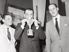 Juscelino Kubitschek beija a taça Jules Rimet na recepção dos campeões de 1958. Exposiçoes Virtuais - Arquivo Nacional