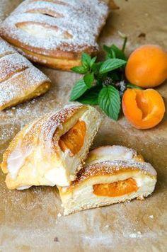 Marillen Topfen Germtasche7 Deutsche Desserts, Baking Recipes, Dessert Recipes, Bread Recipes, German Desserts, Delicious Desserts, Yummy Food, Austrian Recipes, Sweet Cooking