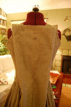 The Fashionable Past: A robe a l'anglaise--or en fourreau gown--a tutorial. Clever way to do back pleats!