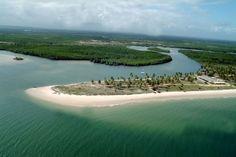 Uma das mais belas praias do Brasil e talvez uma das mais lindas do mundo é a Praia do Saco, situada no extremo sul da cidade de estância, interior de Sergipe. O local reserva um atrativo peculiar: a combinação de água doce de rio com a água salgada do mar. Uma linda paisagem composta por dunas, rios, canais fluviais, margeados por manguezais totalmente preservados, completam esse paraíso, que oferece condições para passeios e escunas.