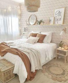 Nessas horas, a decoração do ambiente é muito importante para te transmitir essa sensação de tranquilidade e conforto. Uma paleta em tons de bege e marrom, deixa a gente com aquele quentinho no coração ❤️ Room Design Bedroom, Room Ideas Bedroom, Home Decor Bedroom, Bedroom Inspo, Bohemian Bedroom Decor, Boho Teen Bedroom, Woman Bedroom, Stylish Bedroom, Decor Room