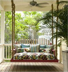 Sofá suspenso para varanda. Os modelos podem ser variados, geralmente é uma base de madeira, levantada por cordas, correntes de metal ou embutidas na parede de concreto.