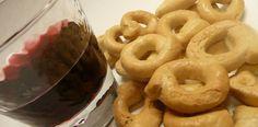 Dolci, salati, aromatizzati, classici, i taralli rappresentano una delle specialità del sud Italia. Ogni zona ha personalizzato la ricetta di base, semplicissima: acqua, farina, sale e olio    http://blog.ilpikkio.it/taralli-il-cerchio-della-tradizione/