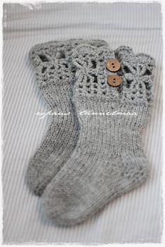 Tässä on vähän kuvia viimeviikolta.     Murulle tein pitsireunaiset villasukat. Nämä ovat kivat nilkkureiden tai saapikkaiden kanssa kun...