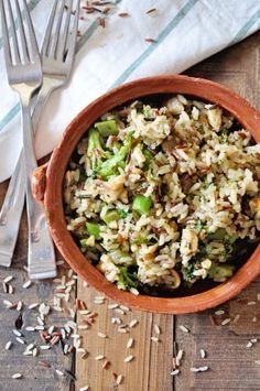 This colorful recipe for Wild Rice with Broccoli and Mushrooms makes a great and healthy side dish. Top it off with crunchy walnuts! Healthy Sides, Healthy Side Dishes, Vegan Dinners, Lunches And Dinners, Rice Recipes, Salad Recipes, Curry, Broccoli Rice, Wild Rice