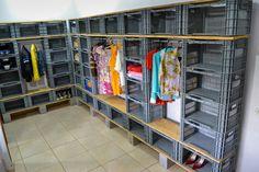 Walk In Closet Organization Diy Cheap Shelves Ideas Room Closet, Walk In Closet, Closets Pequenos, Cheap Shelves, Plastic Crates, Crate Shelves, Milk Crates, Closet Organization, Diy Furniture