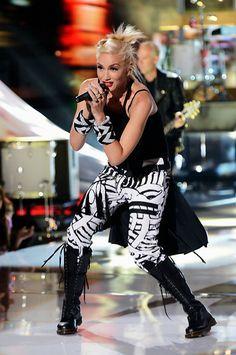 """Gwen Stefani Revisits """"Settle Down"""" Video Look For Teen Choice Awards Performance Gwen Stefani Music, Gwen Stefani Style, Teen Choice Awards, Lady Gaga, Gwen Stefani No Doubt, Gwen And Blake, Looks Teen, Hollaback Girl, Badass Women"""