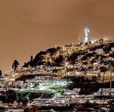 Una increíble imagen de el Centro Histórico & El Panecillo en la noche. Quito