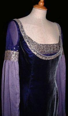 Oct 2019 - Rossetti:Pre-Raphaelite, Celtic and Medieval style Alternative Wedding Dresses Medieval Gown, Medieval Costume, Medieval Wedding, Gothic Wedding, Medieval Fashion, Medieval Clothing, Historical Clothing, Historical Photos, Liv Tyler