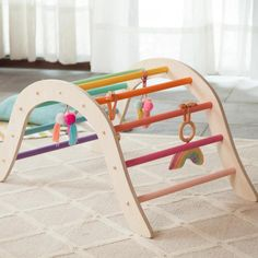 The Pikler climbing arch. Diy Baby Gym, Wood Baby Gym, Play Gym, Baby Up, Baby Sensory, Natural Wood Finish, Gross Motor Skills, Wooden Diy, Baby Toys