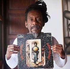 """Luiz Melodia (1951 - 2017) II Melodia segura a capa de seu primeiro disco, """"Pérola Negra"""", lançado em 1973, um dos clássicos da história da MPB Imagem: Divulgação"""