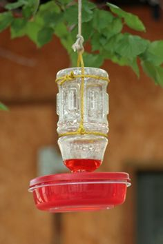 Simple Plastic DIY Hummingbird Feeder - recycle old plastic container lids and plastic bottles into hummingbird feeders Diy Bird Feeder, Humming Bird Feeders, Deer Feeders, Dyi, Easy Diy, Homemade Hummingbird Feeder, Hummingbird Food, Hummingbird Garden, Hummingbird Nectar