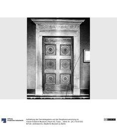Aufstellung der Gemäldegalerie und der Skulpturensammlung im Kaiser-Friedrich-Museum, Raum 40, Türportal