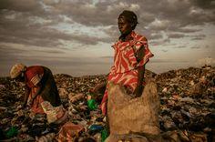 作品︰AMONGST THE SCAVENGERS  攝影師︰Micah Albert  簡介︰在黃昏前婦女終於可以到垃圾堆中撿東西。