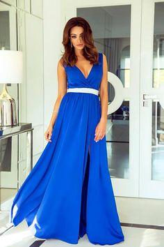 Dlhé večerné šaty so strieborným pásikom v drieku. Vrch šiat je na hrubšie  ramienka a dekolt má výstrih v tvare písmena V. Saténová sukňa je na jednej  ... 39495fd887e