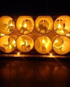 お子さんが小学生くらいなら挑戦できそうなのがこちら。底を切り取った紙コップと切り絵で作る動物園です。太陽光に透かすだけでもきれいなのですが、豆電球を付けると完成度の高い作品に仕上がります。
