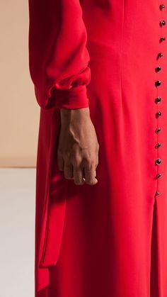 #DETALLES   Modelo #eturelanjana disponible en @thatsmycloset este y muchos mas modelos con hasta un -70% de descuento.  📍Paseo del Prado, 34        28014, Madrid  #eturel #capsulaeturel #coleccioncapsula #etureloi2017 #eturel90s #saten #azul #invitadas90s #90s #90style #streetstyle #invitada #invitadaperfecta #invitadasdifentes #style #fashion #moda #weddingguest #fAshionoftheday #chic #wedding #weddingguest #lookoftheday  #instacool #lookoftheday #headdress