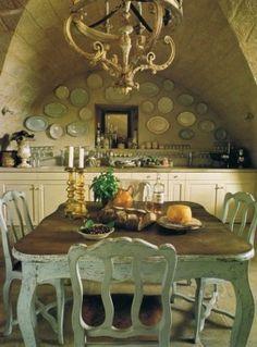Gewölbedecke in der Küche ... barocke vergoldete Kronleuchter Über dem 19. Jahrhundert schwedische Tisch und Französisch Stühle aus dem 18. Jahrhundert ... Wand mit Moustiers und Sarreguemine Fayence Teller Dekoriert ...