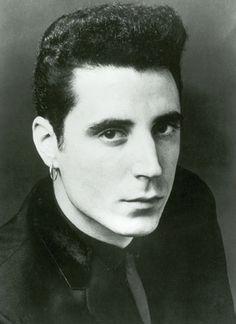 """""""Soy un chico de la calle que vive su canción"""", entonaba Loquillo en la premonitoria """"Rock & Roll Star"""". Dicen que Johnny Cash, a pesar de no haber estado nunca en la trena –como mucho, alguna noche en el calabozo–, interpretaba sus murder songs con una credibilidad tal que emocionaba a los convictos. http://www.rockdelux.com/discos/p/loquillo-rock-roll-star-30-anos-1980-2010.html---->"""