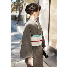 Love the neutral kimono with pops of color